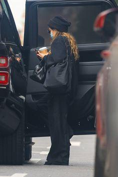 Mary Kate Ashley, Mary Kate Olsen, East Coast Fashion, Olsen Fashion, New York Socialites, Olsen Twins Style, Foreign Celebrities, Vogue, Basic Outfits