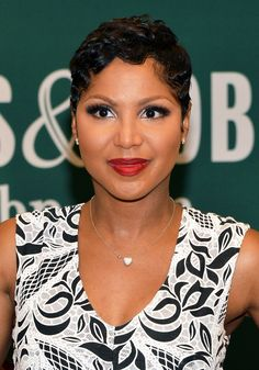 Toni Braxton Photos - Singer/songwriter Toni Braxton promotes her book 'Unbreak My Heart: A Memoir' at Barnes & Noble, Avenue on May 2014 in New York City. - Toni Braxton Signs Copies of Her New Book Toni Braxton, Short Sassy Hair, Short Hair Cuts, Short Pixie, Curly Pixie, Pixie Cuts, Love Hair, Gorgeous Hair, Beautiful