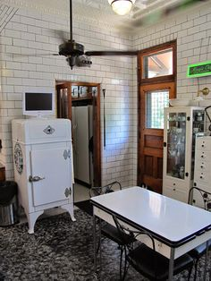 To-die-for original old kitchen. Look at all the vintage stuff, and the medical cabinet storage. BIG OLD HOUSES 1920s Kitchen, Victorian Kitchen, Old Kitchen, Vintage Kitchen, Kitchen Decor, Chef Kitchen, Kitchen Ideas, Kitchen Furniture, Old Farmhouse Kitchen