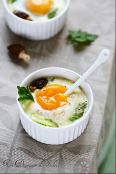 Baked eggs with asparagus, morel mushrooms, and parmesan cheese. Oeufs cocotte aux asperges morilles et parmesan Egg Recipes, Brunch Recipes, Breakfast And Brunch, Food Porn, Vegetarian Recipes, Healthy Recipes, Stop Eating, No Cook Meals, Love Food