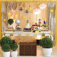 Uma graça essa festa Pequeno Príncipe. Painel lindo de madeira clara com…