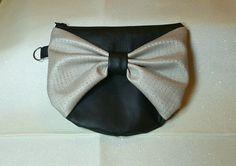 Pochette main noeud paillettes en simili cuir noir et beige