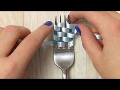 Wrap and pull: How to make DIY decorative bows.Wind ribbon through fork prongs and pull tight.Si no entra, inténtalo otra vez.Macht was herBackless, not braless Diy Arts And Crafts, Easy Crafts, Paper Crafts, Craft Projects, Projects To Try, Hacks, Ribbon Work, Fork, Gifts