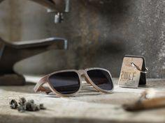 Weil man bei ROLF Spectacles immer wieder mit neuen Werkstoffen experimentiert, sind die Brillen der Österreicher etwas ganz Besonderes. Der neueste Wurf hört auf den Namen Skylark 41 und wurde vom gleichnamigen Buick, Baujahr 1941, inspiriert. Der weiße Schiefer, das warme Holz und die klassische Formgebung machen die Sonnenbrille zu einem ganz besonders großartigen Stück.