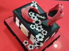 Tarta de zapato rojo.                               Una tarta que sorprendió a su dueña.  Rellena de nata y chantilli de fresa.
