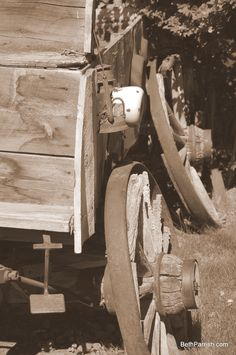 Old wagon that came across the Oregon Trail. It sits in Dufur, Oregon. Which is just a few miles from The Dalls Org. Wagon Trails, Pioneer Life, Wooden Wagon, Old Wagons, Into The West, Covered Wagon, Chuck Wagon, Oregon Trail, Lewis And Clark