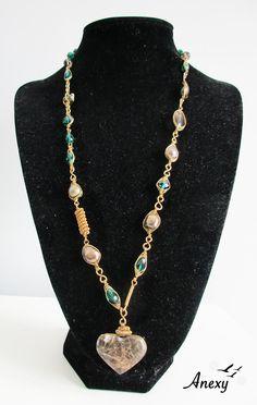 Collar artesanal de tumbaga con corazón de calcedonia y perlas de río.