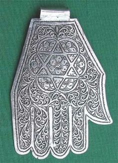 MAIN DE FATMA Amulette-Hamsa. Origine : Maroc Sud l Date : 1940 ( collection au sein du réseau Judaica Europeana ). Forest Fashion, Dark Fairytale, Romantic Goth, Hamsa Hand, Black Forest, Date, Israel, African, Hands