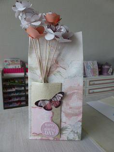 *Geschenktasche aus Tapete mit Papierblumen*