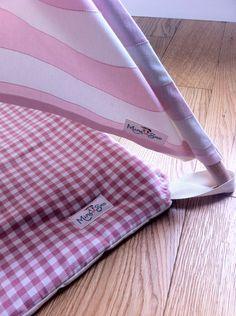 Este listado está para una alfombra acolchada para tipi de su hijo por encargo. La alfombra agregará un elemento adicional agradable del su poco uno espacio de juego. Fuertes lazos en la esquina de la alfombra sostenga la alfombra firmemente en su lugar. Sherpa playmats son lo suficientemente robustos y no requieren las esquinas curvas. Playmats también pueden ser personalizados diseñados para satisfacer un tipi que ya tenga. La alfombra es hecha de 100% algodón y relleno con guata del…