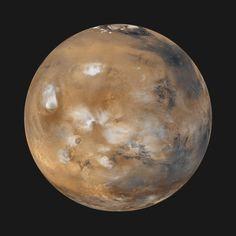 On observe sur cette image Valles Marineris, les 4 principaux volcans de Tharsis ainsi que la calotte permanente nord, gigantesque réservoir de glace d'eau. Des nuages de glace d'eau s'accrochent au sommet des volcans. Cette vue a été réalisée à partir des images prises en avril 1999 par la caméra MOC de la sonde Mars Global Surveyor. Chaque jour, cette sonde décrivait 12 orbites autour de Mars, donnant de précieux renseignements sur la météo martienne.