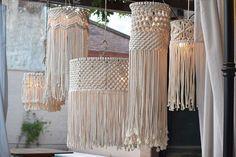 Natural jute pendant light shade for the rustic look Macrame Wall Hanging Diy, Macrame Plant Holder, Macrame Plant Hangers, Macrame Art, Handmade Chandelier, Diy Chandelier, Deco Surf, Boho Lighting, Macrame Supplies