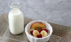 Nach dem Mittagsbrei wird als zweiter Brei der Abendbrei eingeführt. Das Grundrezept besteht aus Milch, Vollkorngetreideflocken und etwas Obst.