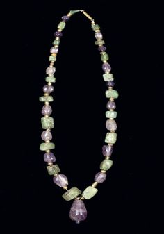 A ROMAN BERYL, AMETHYST AND GOLD GLASS SANDWICH BEAD NECKLACE - MAINLY CIRCA 2ND-3RD CENTURY A.D.