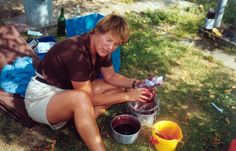Erica maakt bramenjam op de camping in Zeeland.