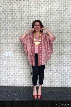 Batik/kebaya Indonesia Kebaya Peplum, Batik Kebaya, Batik Fashion, Ethnic Fashion, Womens Fashion, Blouse Batik, Batik Dress, Traditional Fabric, Traditional Outfits