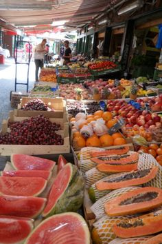 """Fruit at the (""""Naschmarkt"""") market in Vienna - the displays are feasts for a… Austria, Traditional Market, Fresh Market, Delicious Fruit, Fruits And Vegetables, Farmers Market, Healthy Snacks, Good Food, Food And Drink"""