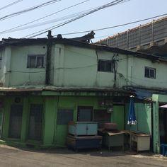 괭이 부리 마을로 유명한 인천 만석동 9, 43번지가 남아있다. 판자촌의 판자는 다른 자재로 바뀌었지만 모양은 여전하다. 70년대 초, 이곳에서 살면서 인천판유리공장 일용공으로 일한 적이 있다. 45년만에 둘러 보았다.