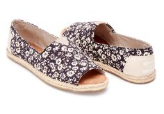 Featuring a charming floral upper and a summery rope sole, our open-toe Alpargatas are perfect for warm days out and about.