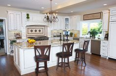 Beautiful traditional kitchen by Kitchen Plus in Bellevue