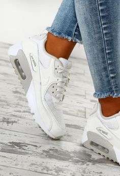 All white women's Nike Air Max 90 sneakers. At TheShoeCosmetics all white trainers are the canvas, the fresh face to a sneaker makeover. An all white pair of Nike tennis shoes are perfect canvas for a customized sneaker. Sneaker Outfits, Sneakers Fashion Outfits, Fashion Trainers, Nike Shoes Outfits, Fashion Hats, Fashion Trends, Nike Air Max Trainers, Womens Nike Trainers, Grey Trainers