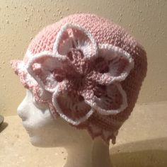 Hačkovaná dievčenská čiapka s kvetom