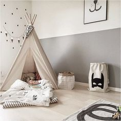 隠れ家のように楽しめて、海外の子ども部屋では定番のティピー。マットレスと布団を敷けば、まるでキャンプをしているかのような気分を楽しめます。