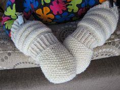 Ikuiset silmukat: Makkaravartiset lapaset taaperolle Best Baby Socks, Woolen Socks, Knit Mittens, Baby Knitting Patterns, Knitting Ideas, Diy Crochet, Baby Hats, Fun Projects, Macrame