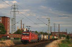 """Am 20.07.2009 durchfährt 101 047 mit Teilwerbung """"Feuerwehrverband"""" das Bayerwerk in Dormagen."""