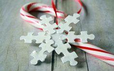 Artesanatos de natal com quebra-cabeça velho é interessante e faz você economizar no décor (Foto: thatswhatchesaid.net)