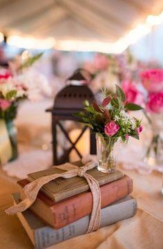 Agrupe livros em diferentes posições para arranjos de mesa vintage super diferentes.