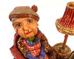 Figura hecha con pasta de modelar y  madera. Medidas aproximada: 18 cm de alto, 22 cm de ancho y 16 cm de fondo.