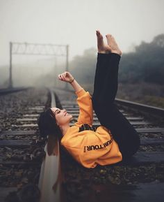 The beautiful girl Fashion Photography Poses, Girl Photography Poses, Creative Photography, Best Photo Poses, Girl Photo Poses, Cute Poses For Pictures, Master Music, Railroad Photography, Music Videos