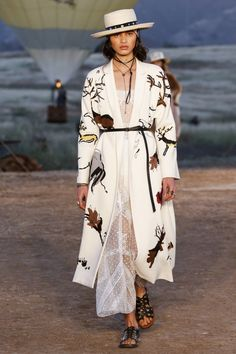 Dior Cruise 2018.  Away from the glam of Hollywood, the House presented the Dior Cruise 2018 collection at the Californian desert. Western themed, femine and sauvage!