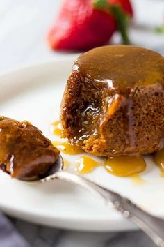 English Sticky Toffee Pudding is made with dates and drenched in best homemade caramel sauce. This dessert is a real treat. It& a gem of traditional English recipes. English Sticky Toffee Pudding Recipe, Sticky Toffee Pudding Cake, English Pudding, Caramel Pudding, British Desserts, Italian Desserts, Individual Desserts, Mini Desserts, Brownies