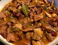 Gulasz myśliwski z kurczakiem Aromatyczny i wyrazisty w smaku sos z mięsem drobiowym, wędzoną kiełbasą, cebulą, grzybami i kiszonymi ogórkami. Bardzo smaczny i szybki w przygotowaniu obiad. Potrawę możemy podać z ziemniakami, pyzami lub kaszą. Polecam!   Składniki: 0,5 kg podudzia z kurczaka (bez skóry i kości) 1 cebula 1 wędzona kiełbasa 2 ząbki … Snack Recipes, Cooking Recipes, Snacks, Kung Pao Chicken, Chana Masala, Grilling, Oven, Curry, Pork