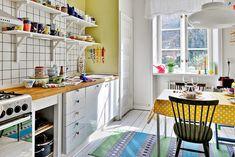 Hei taas! Tässä kuvia todella hauskasta kodista jossa on käytetty rohkeasti eri värejä. Koti löytyi ruotsalaiselta Hemnet-sivustolta. -T...