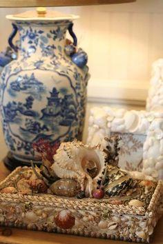 Blue and white porcelain, creamy walls and shells. Blue And White China, Blue China, Love Blue, Chinoiserie, Seashell Art, Seashell Jewelry, Seashell Crafts, Delft, Art Chinois