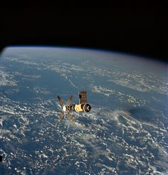 June 1973 — This overhead view of the Skylab Space Station was taken from the Departing Skylab Command/Service Module during the Skylab final fly-around inspection. Cosmos, Carl Sagan, Nasa Space Program, Nasa History, Space Facts, Nasa Astronauts, Earth From Space, Space And Astronomy, To Infinity And Beyond