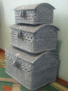 Baskets this pretty as part of your decor. Newspaper Basket, Newspaper Crafts, Paper Weaving, Weaving Art, Cardboard Furniture, Wicker Furniture, Origami Paper Art, Diy Paper, Storage Baskets