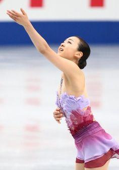 女子ショートプログラムで演技する浅田真央=さいたまスーパーアリーナで2013年12月22日 (350×500) http://mainichi.jp/graph/2013/12/21/20131221org00m050004000c/001.html