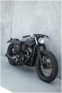 Os conhecidos preparadores dinamarqueses Wrenchmonkees já terminaram a sua última criação, a Monkee#65, um trabalho que começou com uma Harley-Davidson Sportster 883 como base, mas que naturalmente não se ficou por aí. A Monke#65 é a útlima moto a sair das mãos dos Wrenchmonkees que criaram mais uma moto de inspiração café-racer com uma enorme …