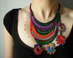collar de arte fibra - freeform crochet - lila, roja, verde, naranja, azul - collar de perlas con flores de colores