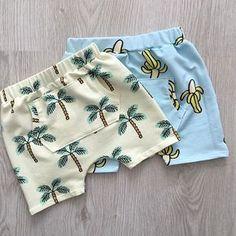 Tropische korte broek. Krijg spontaan zin in een cocktail liggend aan het strand onder een parasol terwijl de kinderen een zandkasteel aan het maken zijn #evamouton #palmtrees #banana #shorts #toddler #boy #handmade