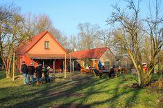 In Flatow, Brandenburg, liegt der Ziegenhof Karolinenhof. Die Ziegenmilch wird auch für den eigenen Hofladen verwendet, sondern auch für das Wiesencafé. Mit dem Auto ist der Hof von Berlin aus innerhalb einer Stunde gut zu erreichen, mit der Bahn kann man höchstens bis Nauen fahren und dann eine schöne Fahrradtour bis zum Hof machen. Ganz in der Nähe des Ziegenhofs liegt das Storchendorf Linum nur etwa 7 Kilometer (10 Minuten Autofahrt) vom Hof entfernt.