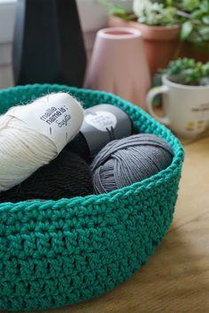 Corbeille en crochet - Kesi'Art - le Blog Mode Crochet, Crochet T Shirts, Art Du Fil, T Shirt Yarn, Merino Wool Blanket, Runes, Creations, Exactement, Sewing