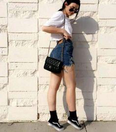 Top cropped branco, short jeans, meia preta aparente, tênis preto