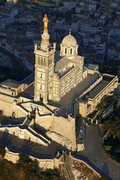 Notre Dame de la Garde Marseille, vue du ciel. http://www.tourisme.fr/2437/office-de-tourisme-marseille.htm #marseille #bonnemere