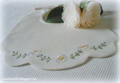 Lavanda e Lillà: Bavaglini con Tutorial e Culla Embroidery Patterns, Hand Embroidery, Crochet Baby Booties, Boho Baby, Baby Bibs, Baby Quilts, Tutorial, Cute Babies, Color