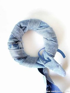 Sewing Crafts Toys DIY Donut Dog Toy Tutorial - Make no-sew recycled denim dog toys out of old jeans! It's easy, fast and free! And your pup will love it! These heavy duty recycled denim dog toys are great as chewing dog toy, to play fetch and tug-of-war. Diy Dog Crate, Diy Dog Toys, Dog Hacks, Recycled Denim, Sewing Toys, Homemade Dog, Diy Stuffed Animals, Dog Accessories, Dog Supplies